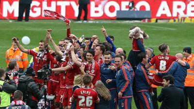Los jugadores del Middlesborough celebran su regreso a la máxima...