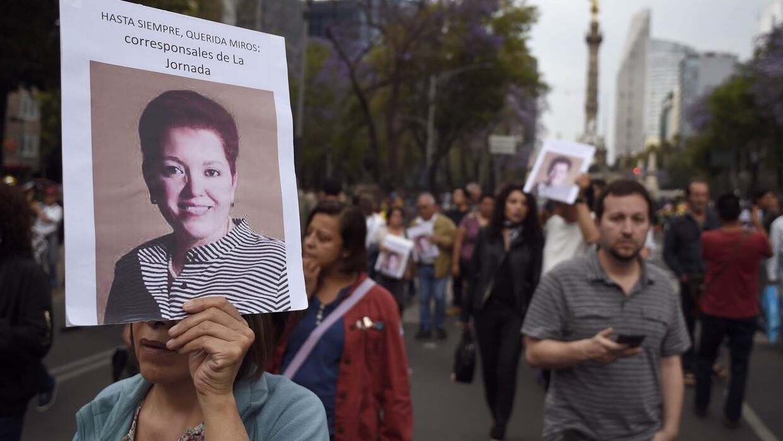Periodistas protestan contra la violencia y el homicidio de sus colegas...