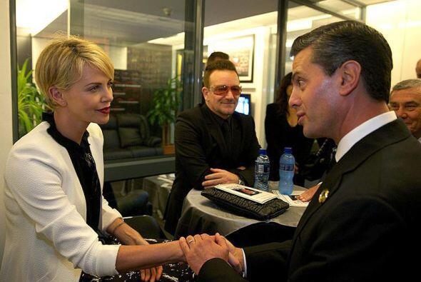 El presidente de México, Enrique Peña Nieto, saludando a la actriz sudaf...