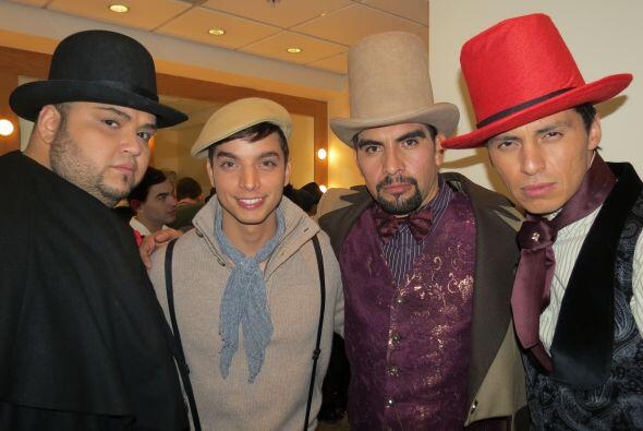 """Mario con Ricardo, José Enrique y Enrique, caracterizados para """"The Boxt..."""