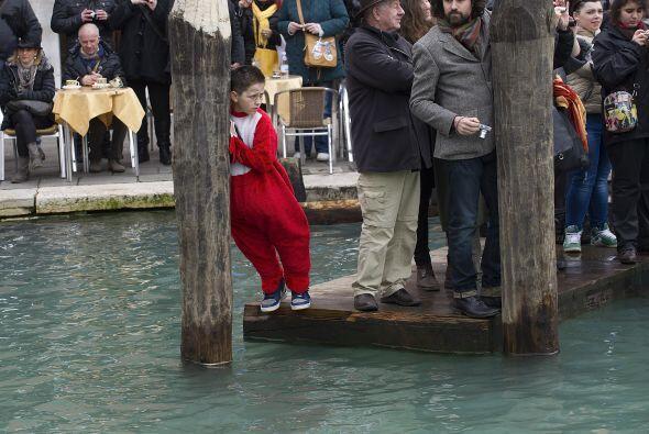 Algunos niños disfrazados participan en el carnaval de Venecia, que se c...