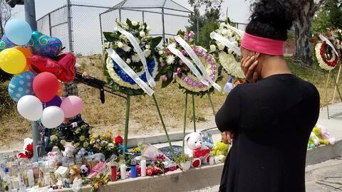 Exalumnos de la maestra asesinada en San Bernardino visitan el altar imp...