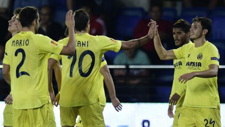 Dos Santos, al fondo a la derecha, fue titular y disputó los 90 minutos...