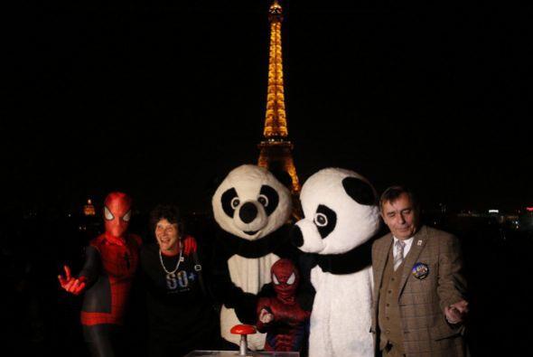 Gente vestida como pandas y como el hombre araña junto a personalidades...