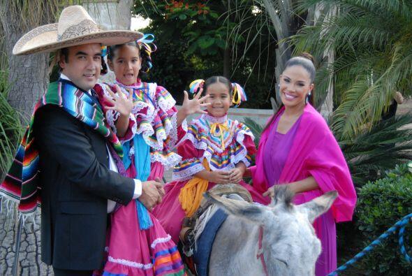 La familia de Karla es un ejemplo de amor y sonrientes posaban para la f...