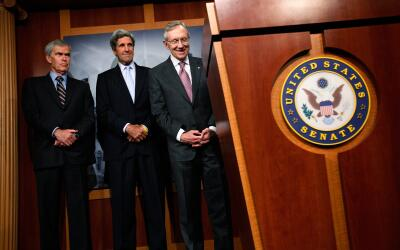 Jeff Bingaman, John Kerry (ahora secretario de Estado) y Harry Reid han...