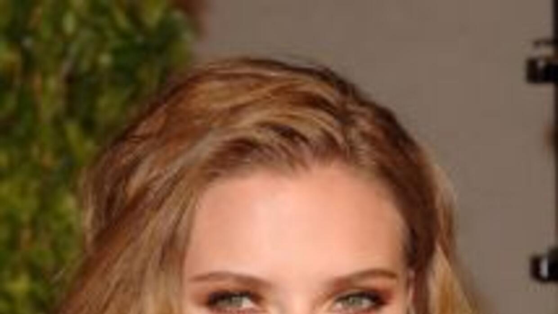 Scarlett Johansson aplica crema hidratante en el área de los pómulos una...