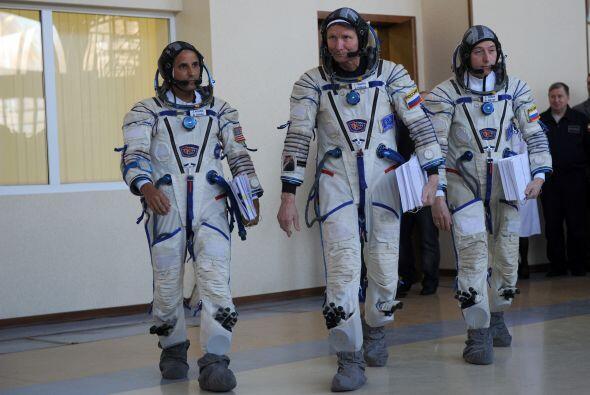 Acabá, a la izquierda, junto a sus compañeros de misión, los cosmonautas...