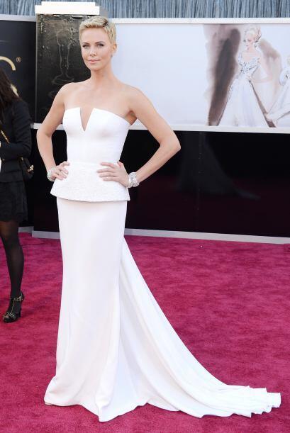¡Que alguien le ajuste el vestido a Charlize Theron! Ese escote fu...