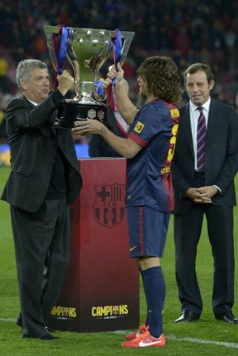 El capitán Carles Puyol pasó a levantar el trofeo.