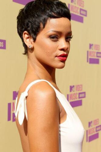 Rihanna no hace magia alargando y cortando su cabellera, simplemente le...