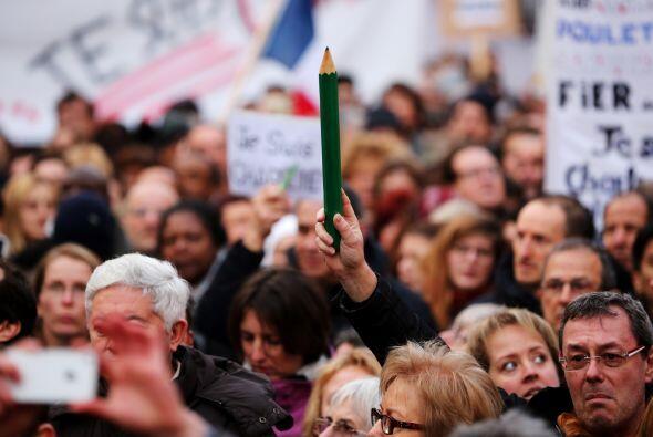 En esta imagen, los participantes caminan por el boulevar Voltaire en el...