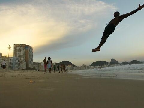 Maicon Gomes, un artista de circo, hace una serie de lanzamientos con su...