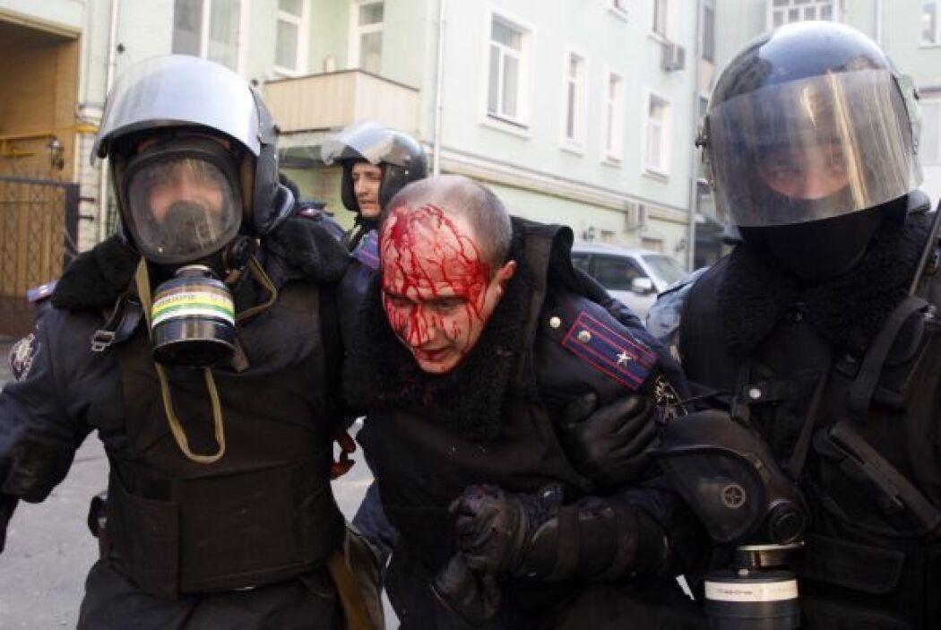 Los enfrentamientos entre policías y manifestantes se recrudecieron dura...
