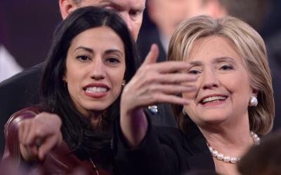 Hillary Clinton junto a Huma Abedin en el auditorio de la Universidad Dr...