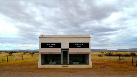 ¿Qué hace una tienda de la exclusiva marca Prada en medio del desierto d...