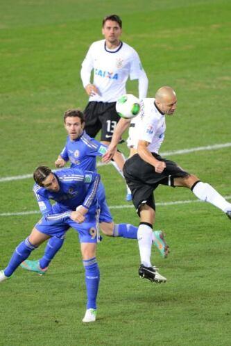 Fuerte marcaje el que recibieron los españoles Mata y Fernando Torres, q...