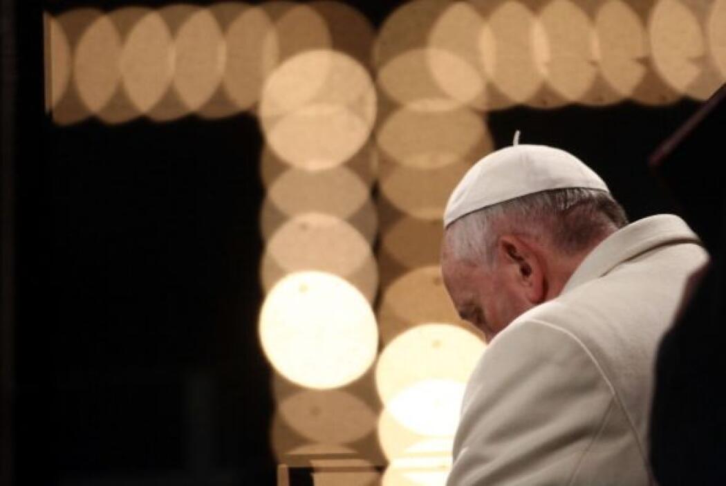 Después de tres horas, el pontífice salió de la basílica vaticana apoyad...
