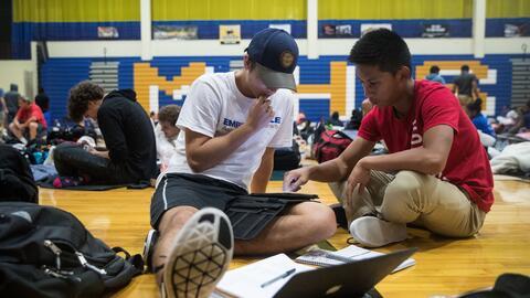 Los hispanos se están graduando de la escuela secundaria y asisti...