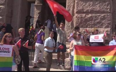 Comunidad LGBT exigen al gobierno texano respetar el fallo sobre uniones...