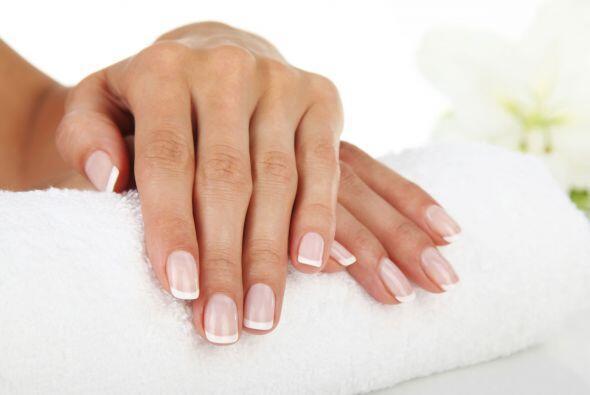 Hacernos manicure regularmente es una buena forma de mantener nuestras m...
