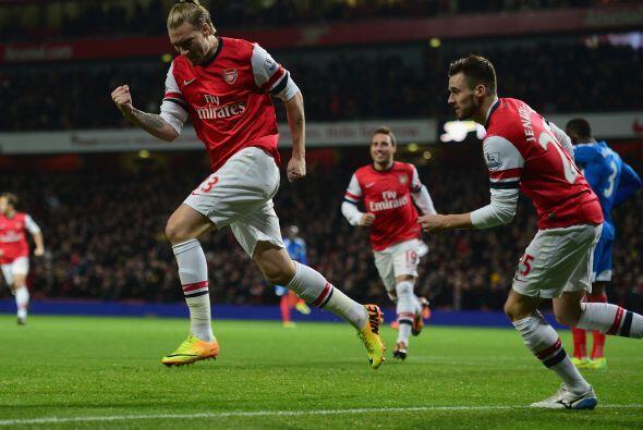 El danés Nicklas Bendtner metía un cabezazo potente para marcar el 1-0.