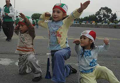 Los niños hacen la 'Temo señal' esperando a que el delantero del Chicago...