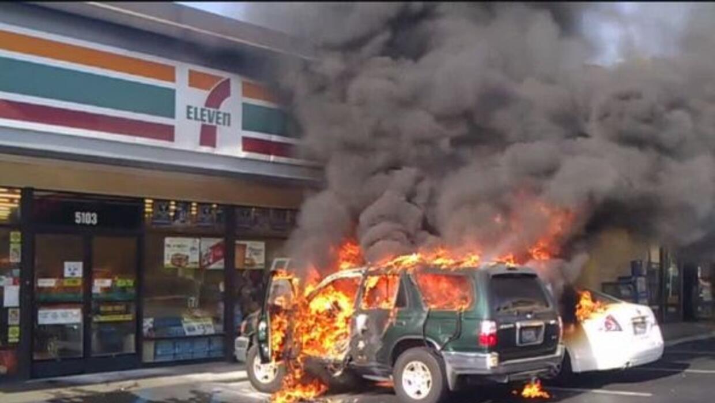 Le prendieron fuego en su propio coche