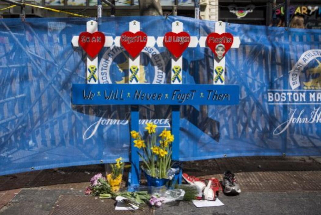 En las calles, un improvisado altar en honor a las víctimas fue colocado...