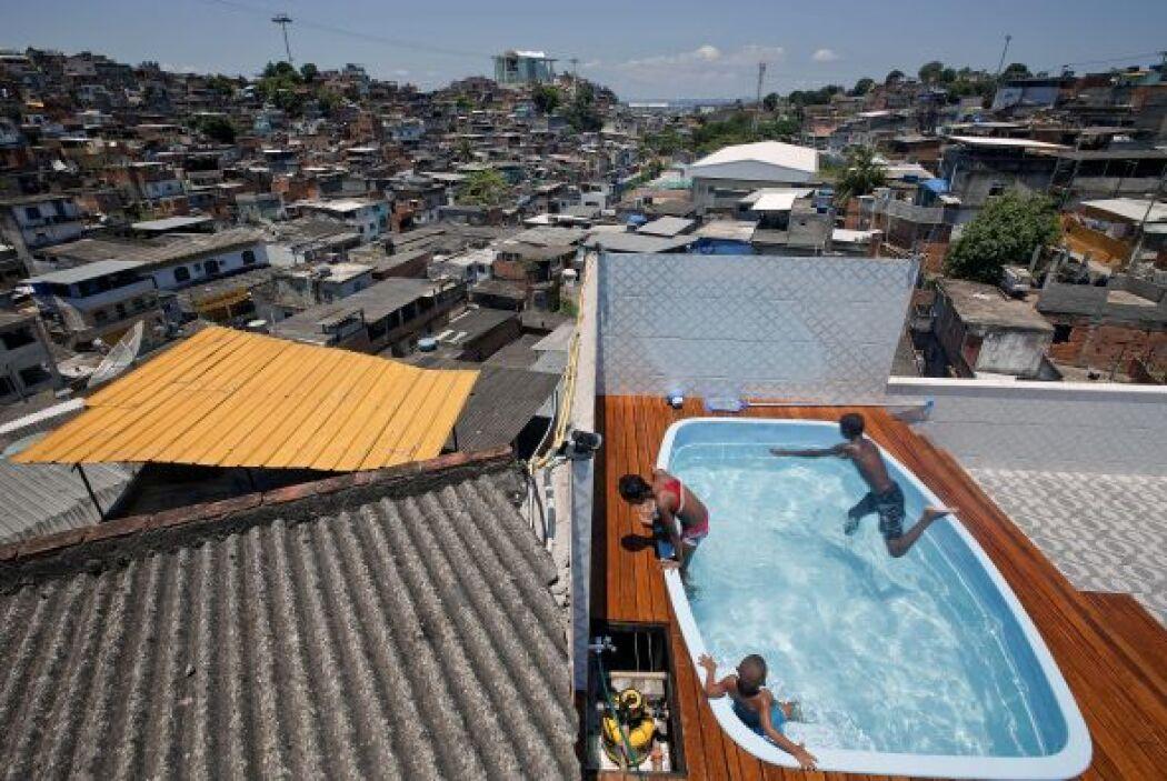 La piscina, en cambio, quedó intacta y los niños de la favela chapoteaba...