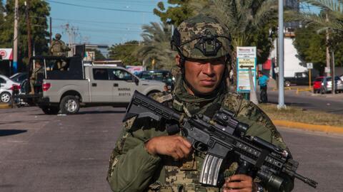La Marina mexicana patrulla la ciudad de Los Mochis, Sinaloa, el día de...