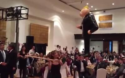 Senadores mexicanos del PRD golpean una piñata de Trump en su fiesta de...