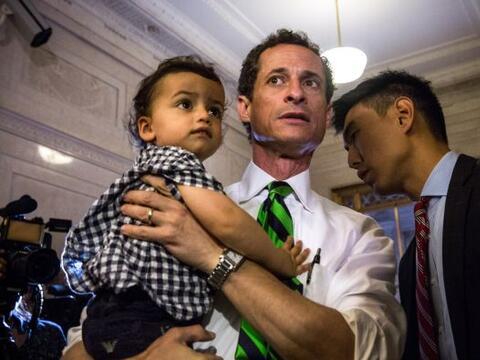 El ex congresista Anthony Weiner llegó a su centro de votaci&oacu...