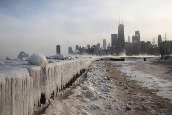 El lago Michigan se convirtió en una pista de patinaje. Las autor...