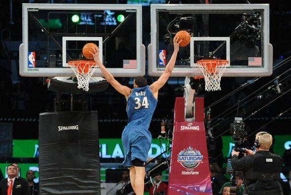 2011 - JaVale McGee, de los Wizards de Washington, la clava en dos aros...