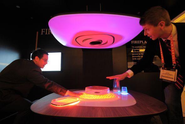 La firma Whilrpool creó este visionario juego de mesa y campana con emis...