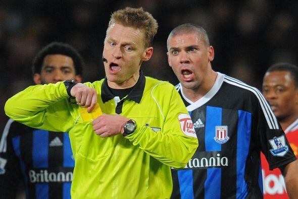 Todo el plantel del Stoke reclamaba la acción, pero el árbitro no cambió...