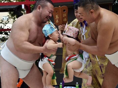 En este ritual, con siglos de antigüedad, los padres miran a sus be...