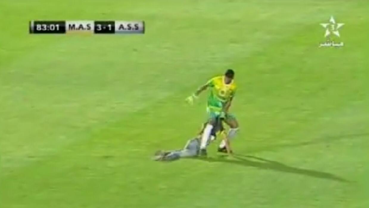 El portero Mohamed Sokhra intentó evitar que un aficionado interrumpiera...