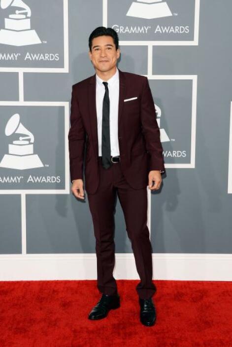 Uno de los más guapos de la noche fue Mario Lopez con su atrevido traje...