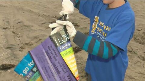 Niños llegan a la limpiar la playa Dockweiler de Los Ángeles y celebrar...