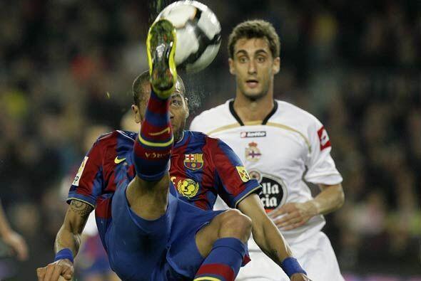 El brasileño Daniel Alves pudo convertir un golazo de chilena, pe...
