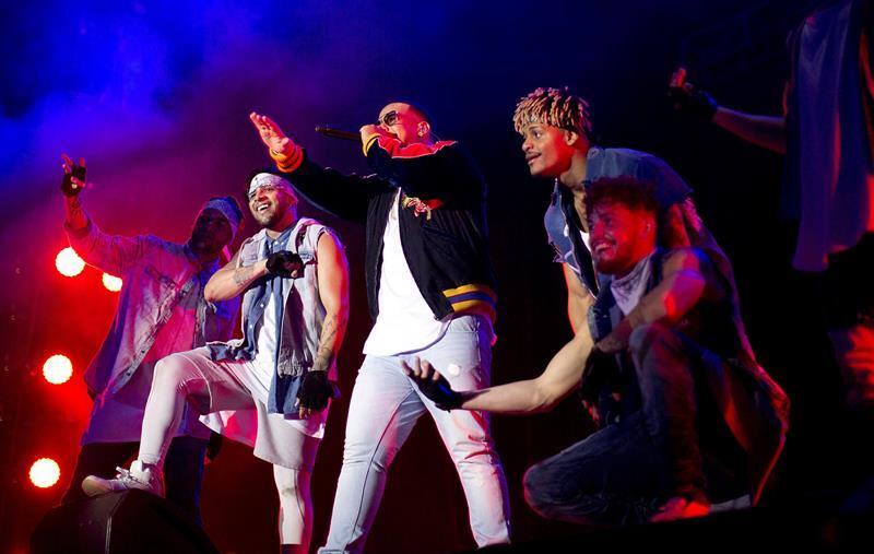 Daddy Yankee complementó su actuación con un vibrante cuerpo de baile.
