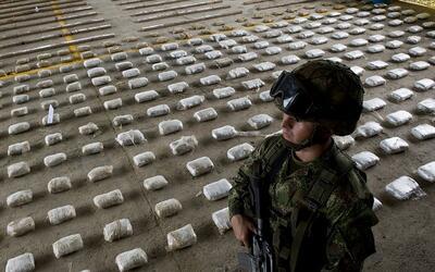 Un soldado vigila un cargamento de cocaína incautada en Bahía Solano, Ch...