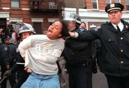 La policia de Nueva York quiso hacer una dinamica por el twitter utiliza...