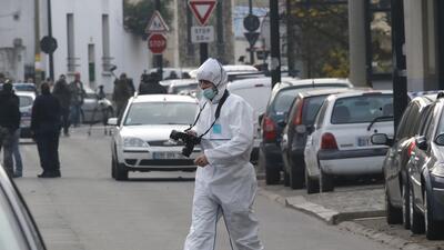 Un investigador llega a la escuela donde fue atacado el profesor.