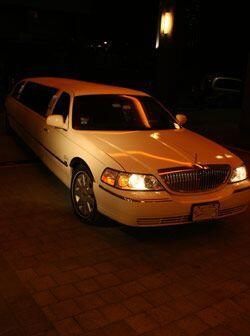 En este lujoso automóvil llegaron las guapas aspirantes a Miss República.