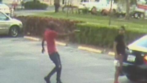 Publican el video del brutal asesinato de un hombre en un estacionamient...
