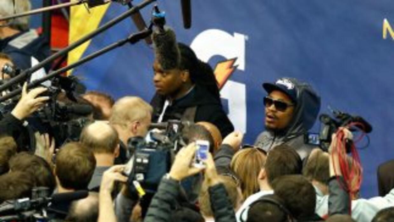 """Lynch no pudo usar el """"Beast Mode"""" para escapar de los reporteros (AP-NFL)."""