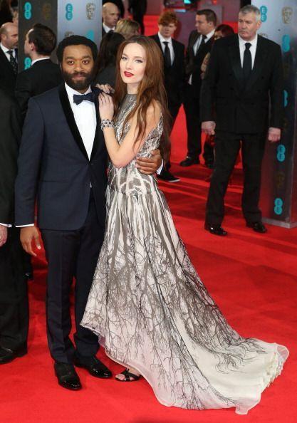 Sari Mercer exhibió sus sandalias negras junto a este vestido de cola de...